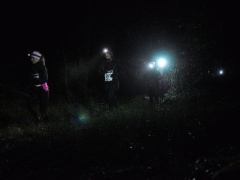 Flera tjejer i mörkret på Skatås mörkaste